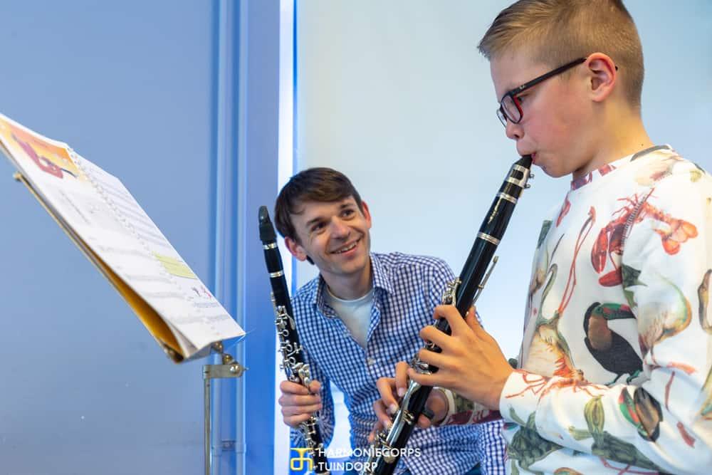 Tristan krijgt klarinetles van Tom Wolfs